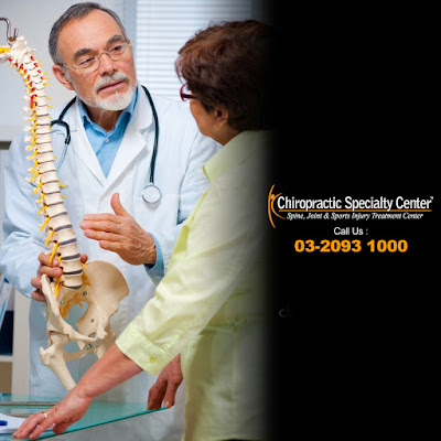 chiropractor in KL explaining the benefits of chiropractic treatment